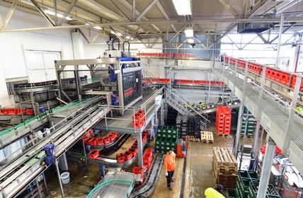 Automatiserung in der Lebensmittelindustrie - Bestückung von Bierflaschen in Kästen einer Brauerei